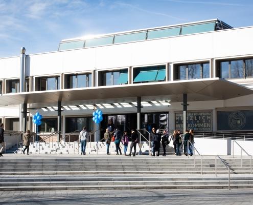 Tag der offenen Tür 2019 | Menschen vor dem Haupteingang der Universität