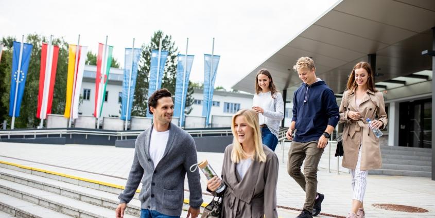Studierende am Campus der Universität Klagenfurt