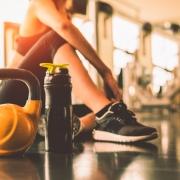 Junge Frau im Fitnessstudio