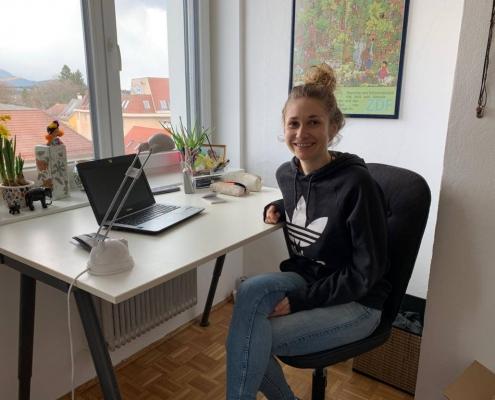 Katharina von Dehn vorm Labtop