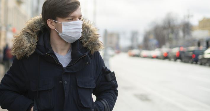 Mann, der eine Schutzmaske trägt