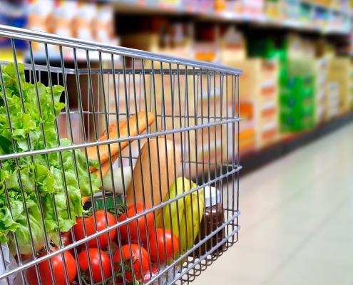 Gut gefüllter Einkaufswagen im Supermarkt
