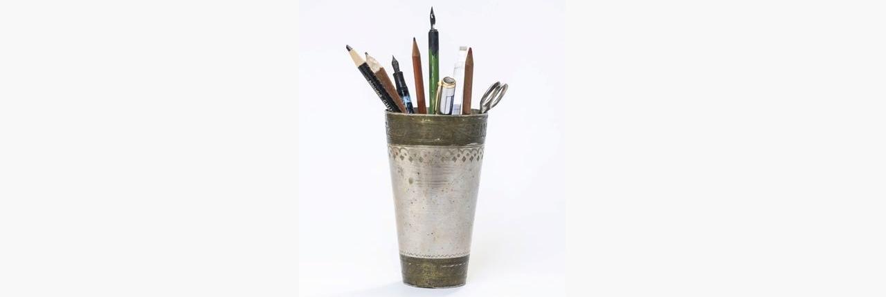 Michael Guttenbrunners Schreibwerkzeug in einem Becher aus Metall