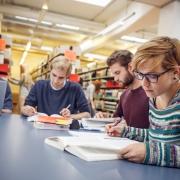Studierende in den Lernsälen der Bibliothek