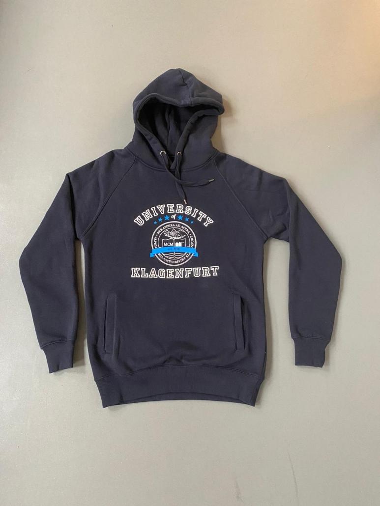 Blauer Kapuzenpullover mit dem Siegel der Uni Klagenfurt