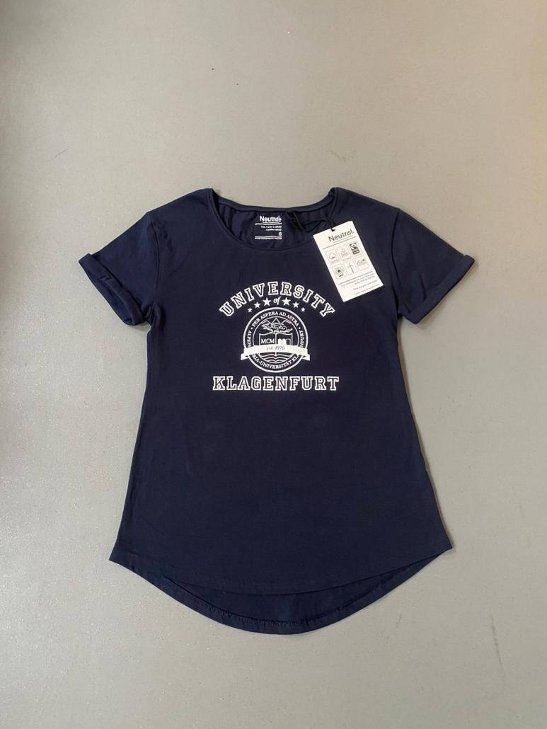Dunkelblaues T-Shirt mit dem Siegel der Uni Klagenfurt