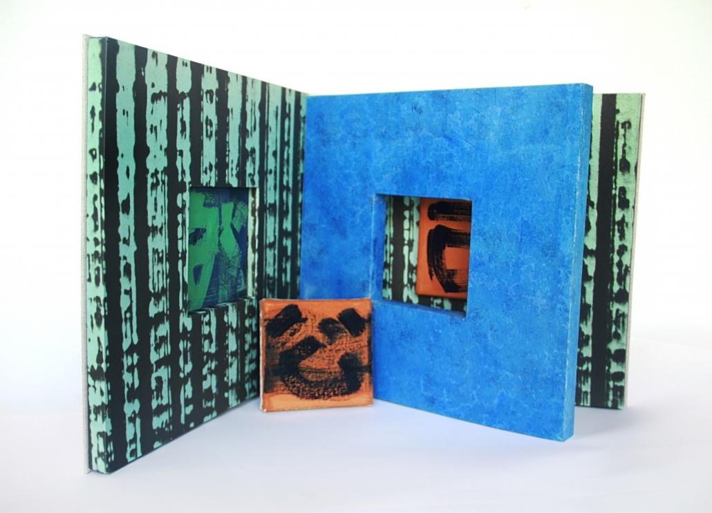 Künstlerbuch von Claudia Hirtl aufgestellt und aufgeschlagen