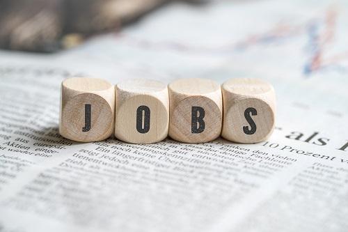 Holzwürfel mit den Buchstaben JOBS