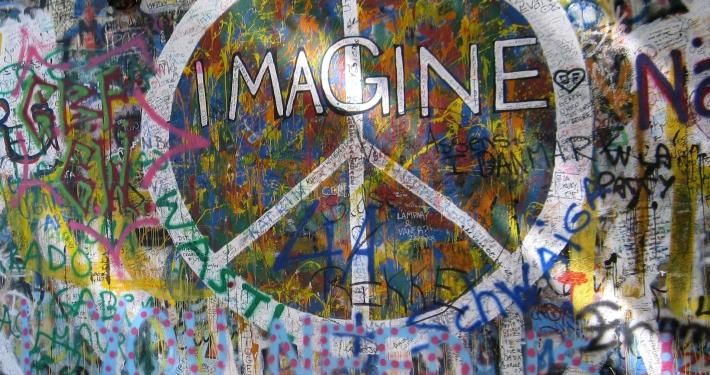 Peace Zeichen mit Wort Imagine auf Mauer