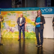 Martin Hitz nimmt den Mobilitätspreis des Verkehrsclub Österreich entgegen