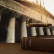 Schale über Buch | Symbolik für das Recht