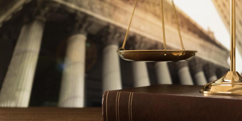 Schale über Buch   Symbolik für das Recht