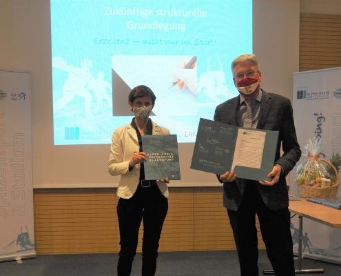 Kooperationsvertrag Spitzensport und Studium: Doris Hattenberger (Vizerektorin für Lehre) und Landeshauptmann Peter Kaiser