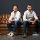 Dominik Kohl und Kevin Schrattel, Gründer von Sprid auf einem Ledersofa