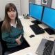 Foto von Univ.-Ass. Cornelia Klein in ihrem Büro am Institut für Öffentliche BWL