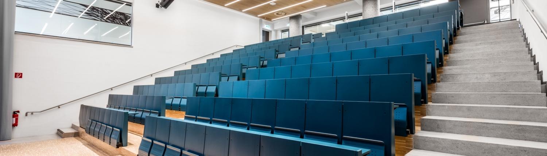 Hörsaal 1 beleuchtet ohne Studierende