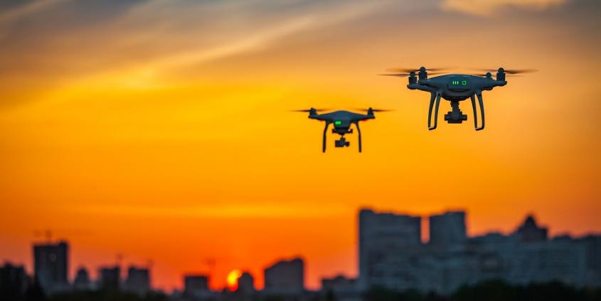 Zwei Drohnen mit Digitalkameras fliegen in der Luft