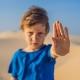 Junge fordert ein Ende des Klimawandels