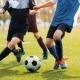 Mehrere Fußballspieler kämpfen um den Ball