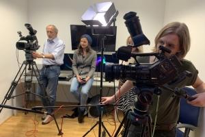 Studierende arbeiten im Medienlabor mit Kameras.