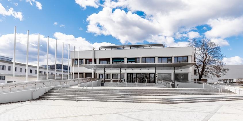 Blick zum Haupteingang der Universität Klagenfurt