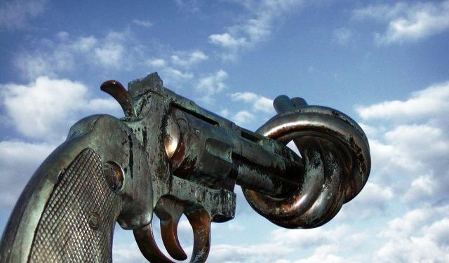 nonviolence pistole knoten uno