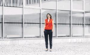 Michaela Szölgyenyi steht vor dem Gebäude der Universität Klagenfurt