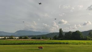 Drohnendemonstration auf einem kleinen Flugfeld