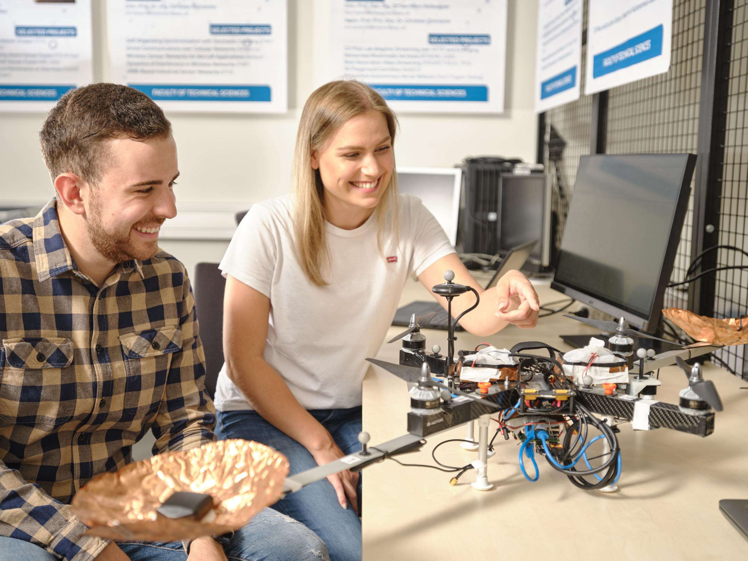 Studierende in der Drohnenflughalle | Foto: aau/Arnold Poeschl