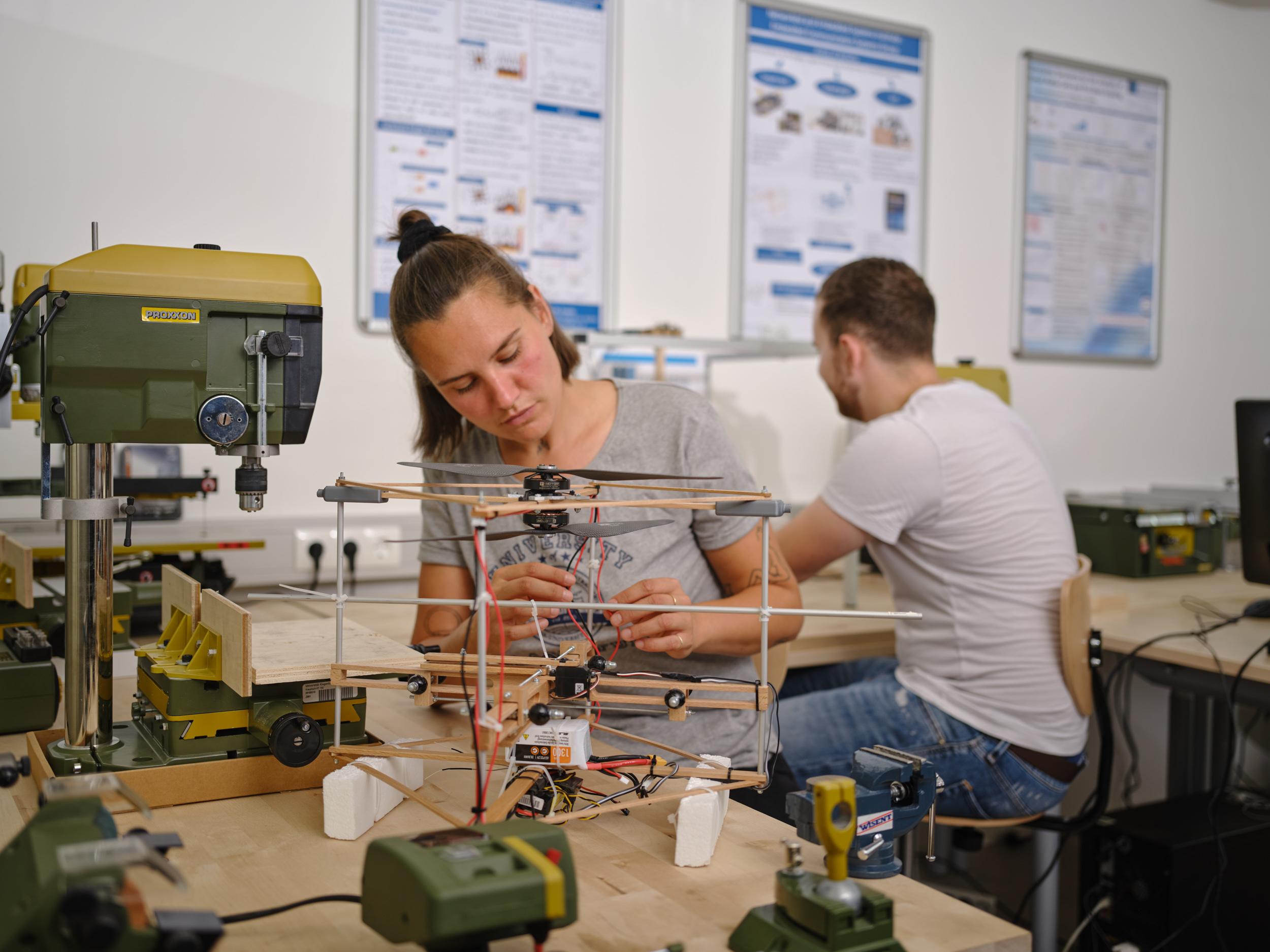 Studierende im Techniklabor | Foto: aau/Arnold Poeschl