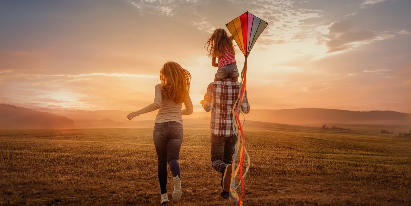 Familie mit Kind lässt einen Drachen steigen