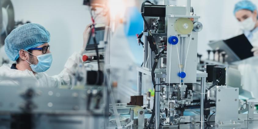 In einem Produktionsunternehmen arbeiten zwei Personen an medizinischen Produktinnovationen